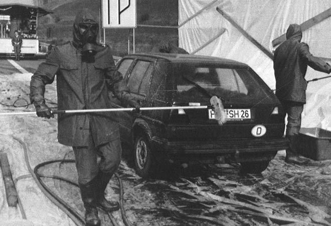1986年5月3日,穿着防护服的消防队员正在清洗一辆在东德边境的西德汽车,这辆车在波兰被沾上放射性尘埃