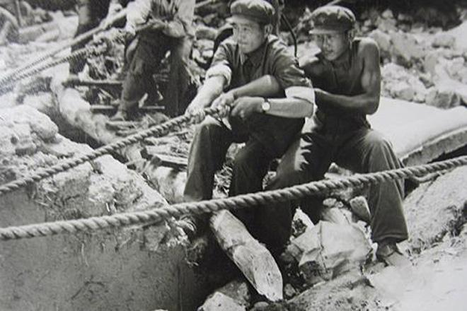唐山大地震时,没有专业救援共计,战士们只能用双手救人