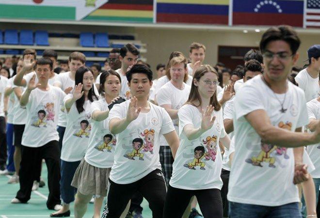 2016年,参加来华留学生武术比赛的选手共同展示太极拳